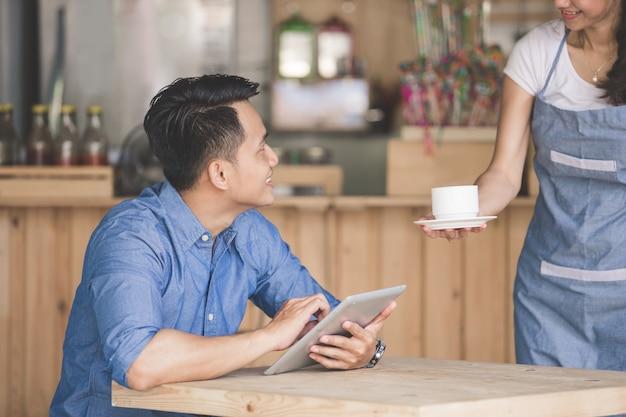 Mann sitzt in einem café