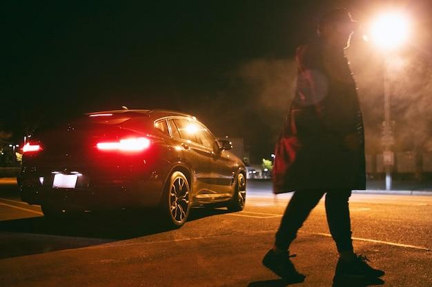 Mann sitzt nachts im auto