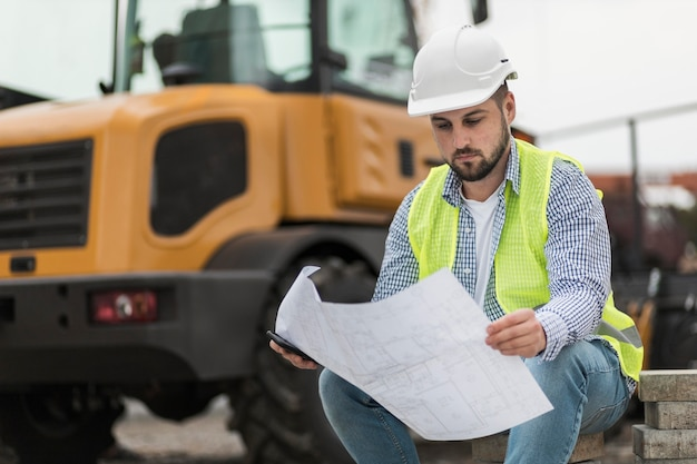 Mann sitzt und schaut auf projekt