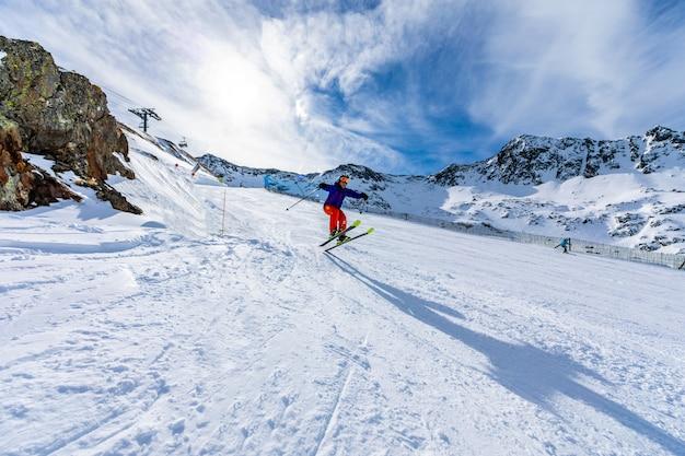 Mann skifahren auf der skipiste