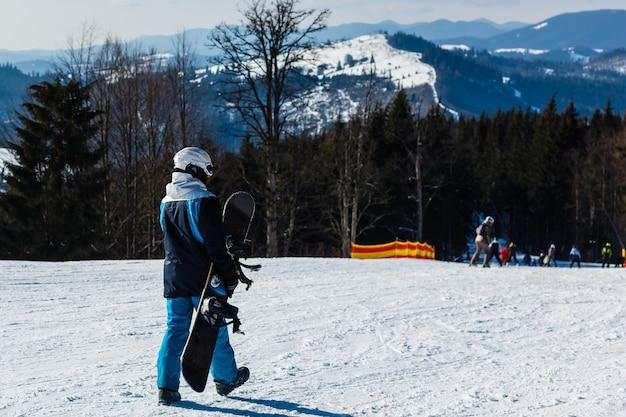 Mann snowboarden