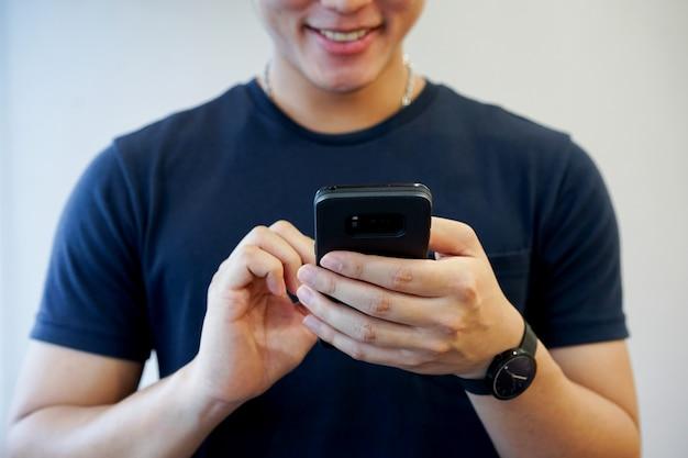 Mann spielen auf smartphone-konzept