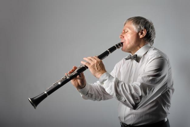 Mann spielt auf einer klarinette