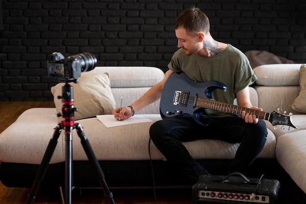 Mann spielt gitarre zu hause