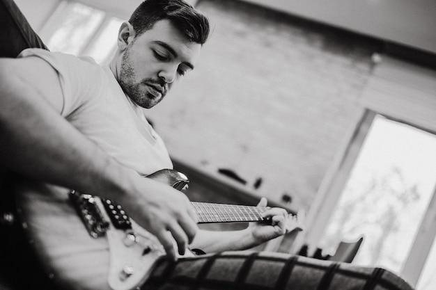 Mann spielt gitarre