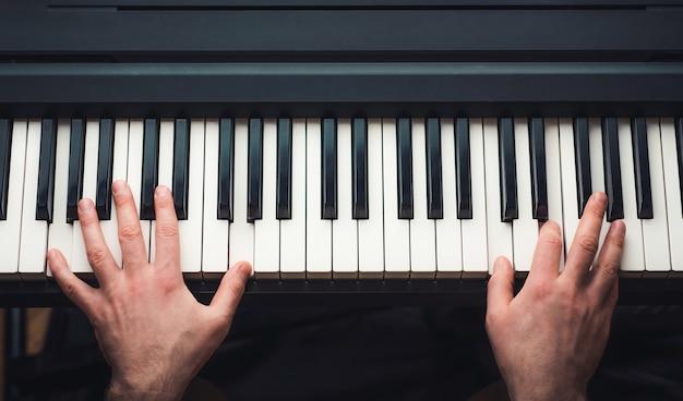 Mann spielt klavier draufsicht