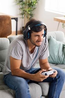 Mann spielt mit controller