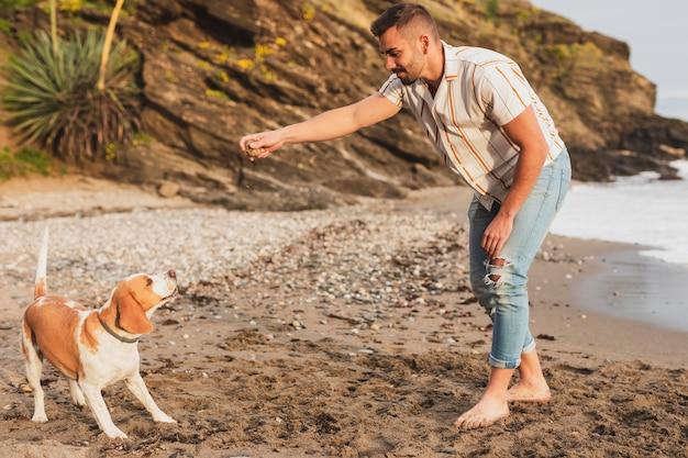 Mann spielt mit hund