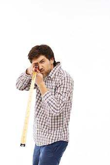 Mann spielt mit maßband
