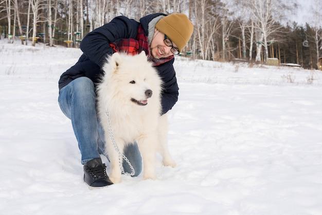 Mann spielt mit samojede hund