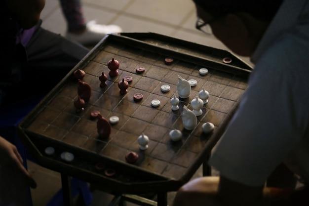 Mann spielt thailändisches schach