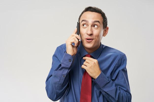 Mann spricht am telefon