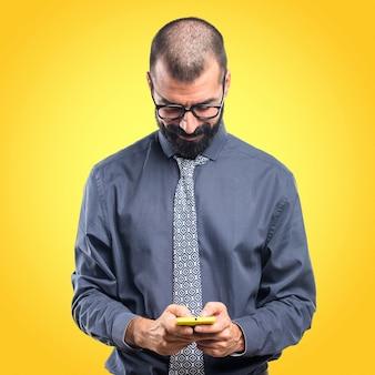 Mann spricht mit mobilen auf buntem hintergrund