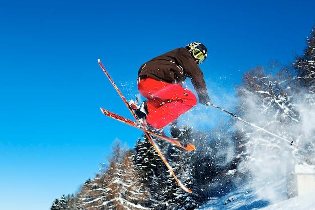 Mann springt beim skifahren