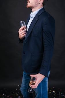 Mann, stehend mit champagnergläsern