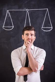 Mann steht gegen tafel mit zeichnungsgewicht.