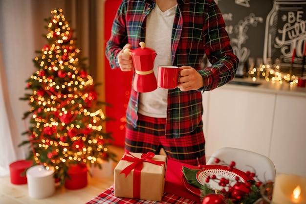 Mann stellt einen schönen verzierten wintertisch ein
