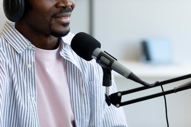 Mann stellt fragen in einem podcast