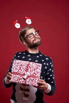 Mann stolz auf sein weihnachtsgeschenk isoliert