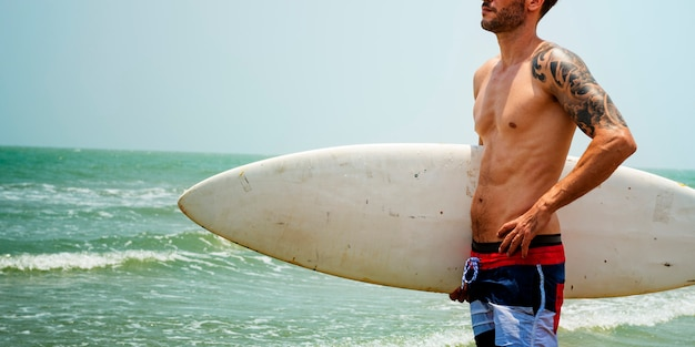 Mann-strand-sommerferien-ferien-surfendes konzept
