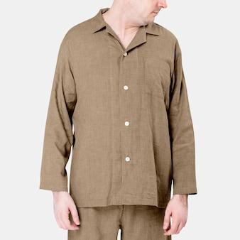 Mann trägt beige pyjama nachtwäsche