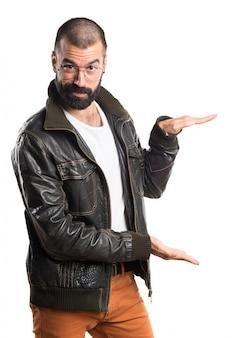 Mann trägt eine lederjacke mit etwas