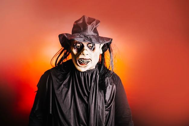 Mann trägt gruselige maske