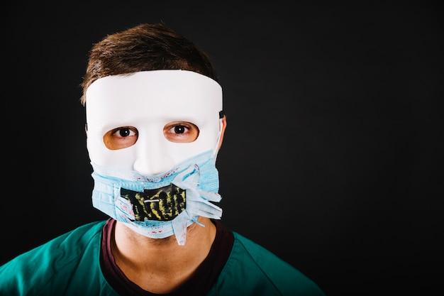Mann trägt halloween-maske