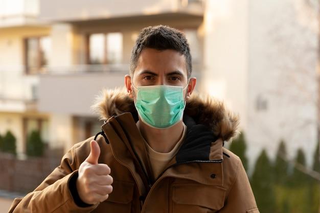 Mann trägt hygienemaske, um das virus pm2.5 und coronavirus zu verhindern.