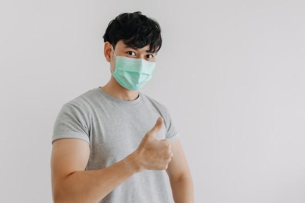 Mann trägt maske und präsentiert leeren raum für werbung