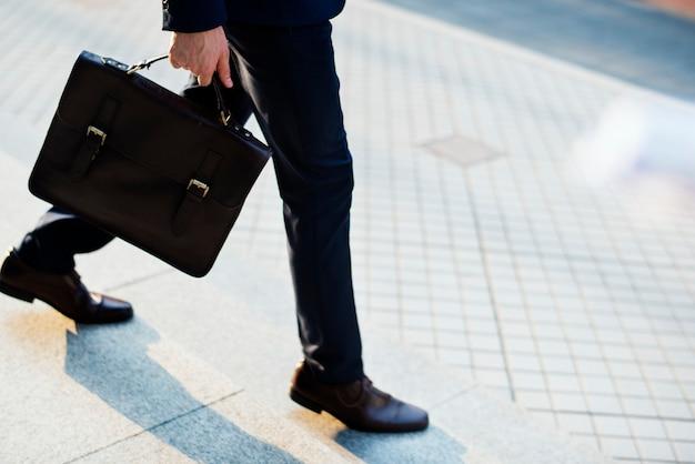 Mann trägt seine tasche zur arbeit