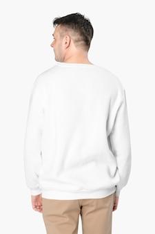 Mann trägt weißen pullover nahaufnahme, rückansicht
