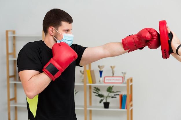 Mann trainiert für ein box match