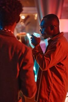 Mann trinkt alkohol auf einer party
