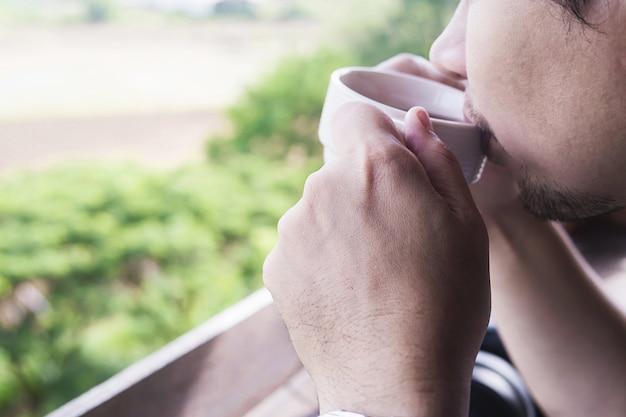 Mann trinkt glücklich kaffee in der kaffeestube
