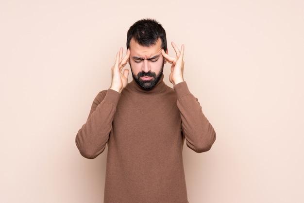 Mann über getrenntem hintergrund mit kopfschmerzen