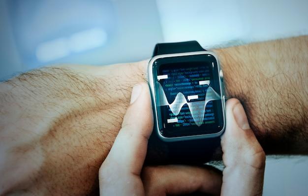 Mann überprüft zusammenfassende daten auf seiner smartwatch