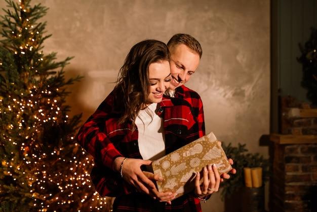 Mann überraschen frau für weihnachten, liebendes paar