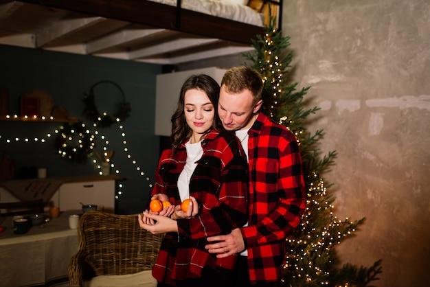 Mann überrascht frau für weihnachten, liebespaar