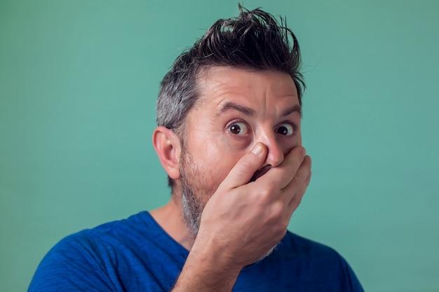 Mann überrascht über etwas
