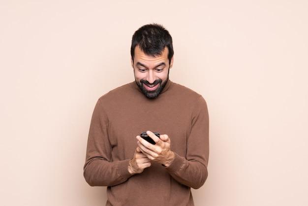 Mann überrascht und eine nachricht senden