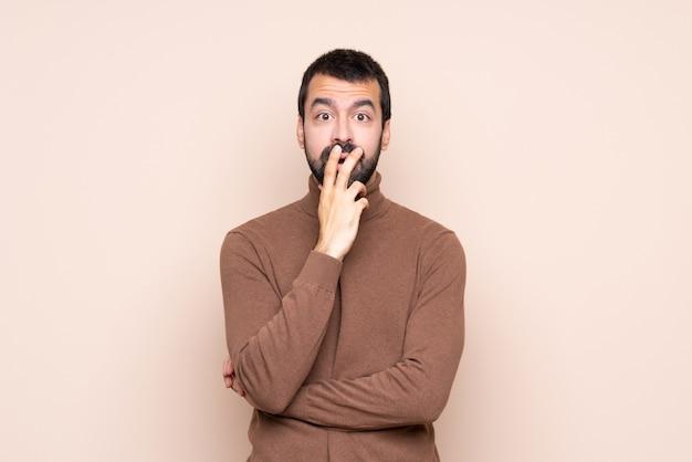 Mann überrascht und schockiert beim schauen nach rechts