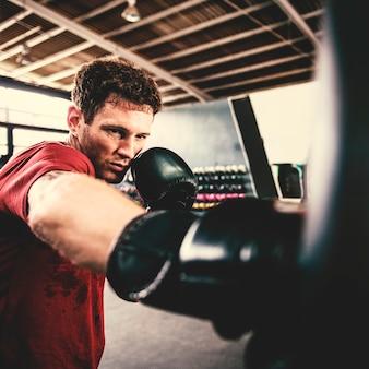 Mann-übungs-athletisches boxenkonzept