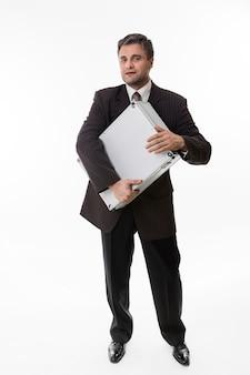 Mann umarmt den koffer voller geld, glücklicher chef mit einem koffer voller dollar