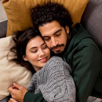 Mann umarmt seine frau im schlaf