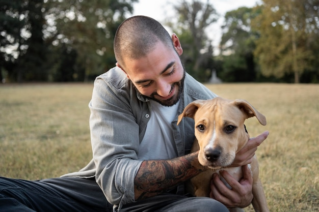 Mann umarmt seinen freundlichen pitbull