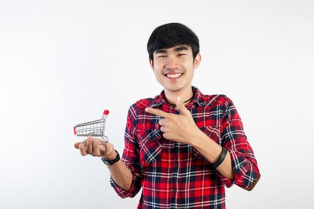 Mann und einkaufswagen und lächelnde bilder für ihr geschäft