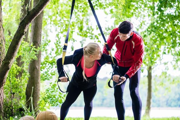 Mann und frau am eignungstraining, das push-ups tut