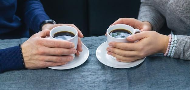 Mann und frau am tisch mit einer tasse kaffee