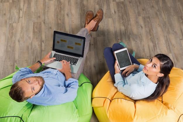 Mann und frau arbeiten auf hellem sitzsäcke